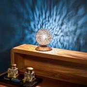 Greta - en bordlampe med kugleskærm
